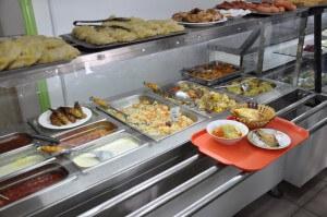 オシュのバザールそばにあるカフェテリア式のローカル食堂