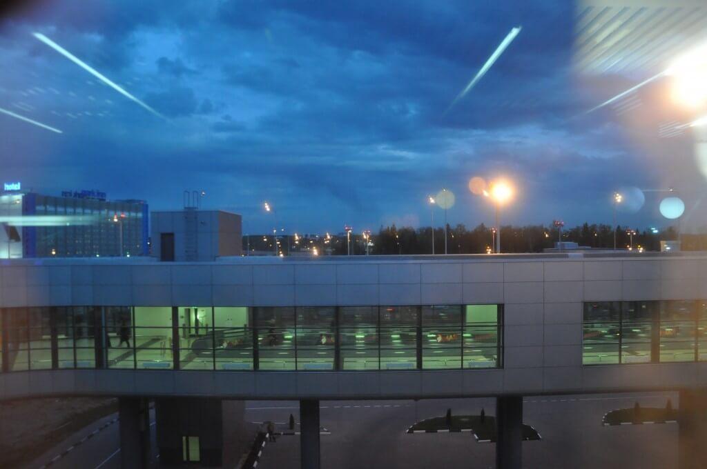 夜8時過ぎても明るいモスクワ空港