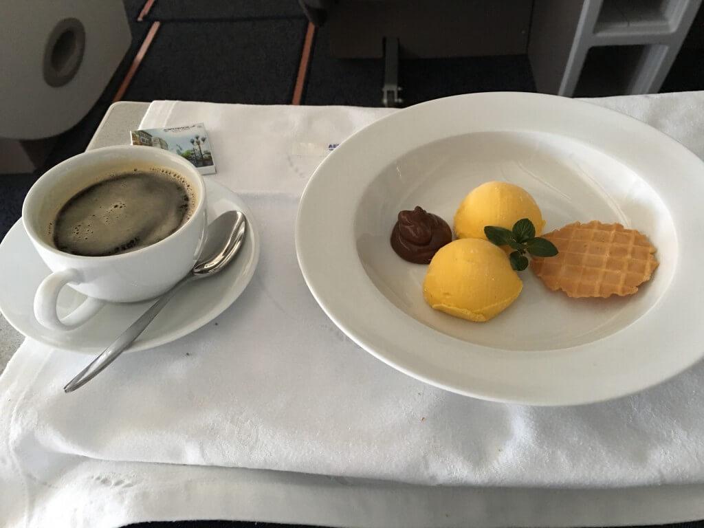 モスクワから成田に向かうアエロフロートの機内食とデザートのアイスクリーム