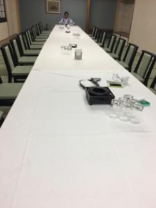 二次会用の部屋で。テーブルが長い。社長が貴族ごっこ始める。